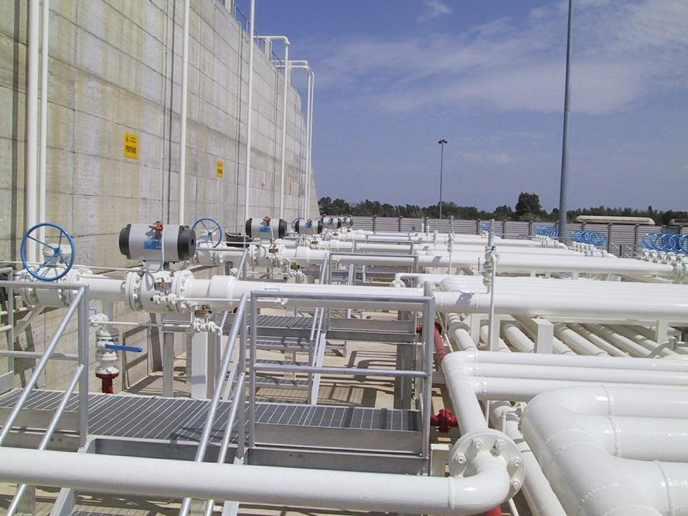 Impianto Tecnogas veduta esterna tubi bianchi
